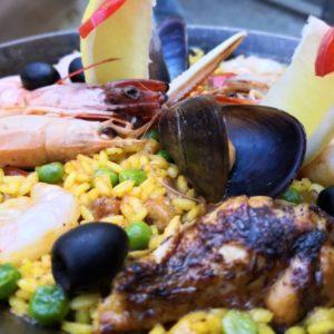 Reispfanne mit Meeresfrüchten, Poulet und schwarzen Oliven
