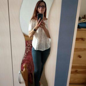 Selfie am Spiegel von Alexandra im weissen Carmenoberteil und blauen Jeans