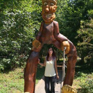 Alex stehend unter Holzmann in braun mit gelben Riesenfüssen