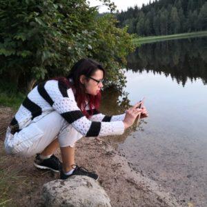 Alex kniend am Abendstimmung fotografieren am See