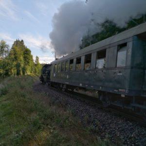 Dampfbahn am Vorbeifahren mit alten Waggons