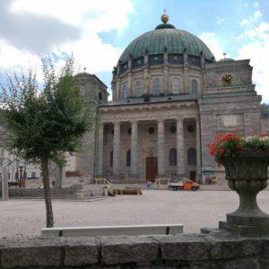 Dom St. Blasien von vorne - weisse Saeulen und gruene Kuppel