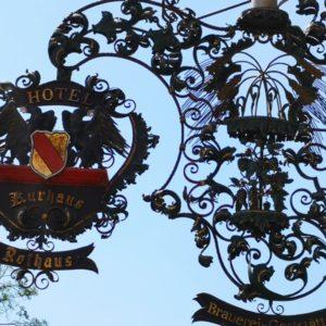 Hoteltafel aus Gusseisen in schwarz mit Schriftzug in Gold Hotel Rothaus