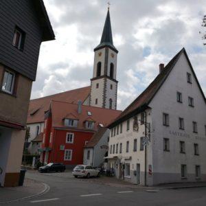 Blick zum katholischen Kirchturm im Vordergrund Einmündung der Hautptstrase mit Gasthof in weiss gestrichen