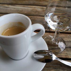 Espresso mit Kraeuterschnaepsle im Glas