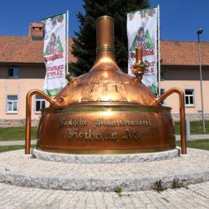 Kupfergebürstete Maischpfanne vor Hauptsitz der Rothaus - Brauerei