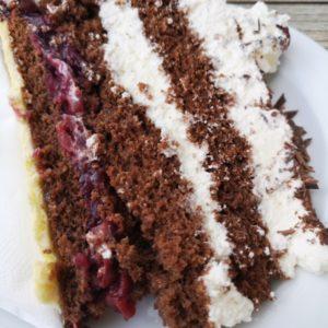 Stueck Schwarzwaelder Torte auf weissem Teller