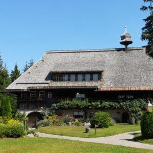 Schwarzwaldhüsli (Schwarzwaldklinik-Haus) mit Garten im Vordergrund