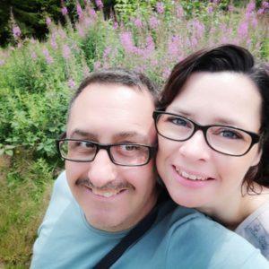 Selfie von Alex und Mario vor violettem Blumenmeer