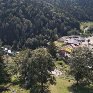 Steinwasenpark von oben mit Blick auf Hauptgebaeude und Parkplatz