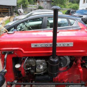 Traktor in rot von Seite mit Blick auf Maschine