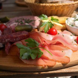 Vesperplatte mit Schinken, Würstchen und Käse