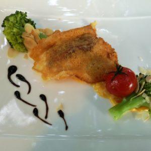 Piccata auf Safranreis, dekoriert mit Brokkoli und Mandeln