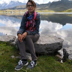 Alex sitzend auf grauem Stein am Melchsee
