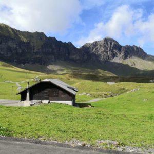 Blick Richtung Bergkette von geteertem Wanderweg aus