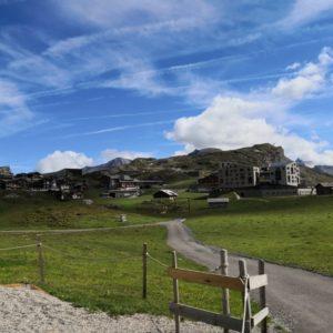 Blick zu Hotel Frutt-Lodge, im Vordergrund Wanderweg