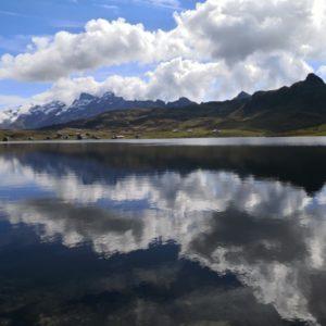 Melchsee mit Spiegelung der Wolken im Wasser