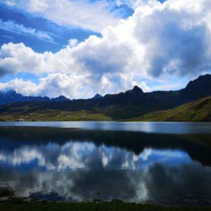 Melchsee mit Bergen im Hintergrund, Spiegelung der Wolken im Wasser