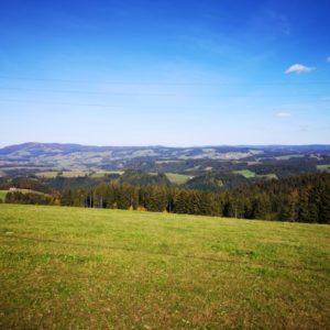 Ausblick vom Rossberg auf die entfernten Berge bei blauem Himmel