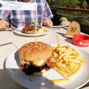 Hamburger mit Pommes