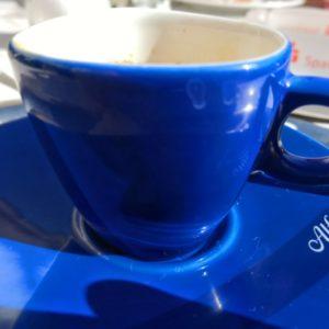 blaue Espressotasse mit Schriftzug Alfredo in weiss