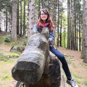 Alex sitzend auf Holzpferd