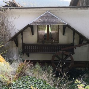 Wasserrad an Haus