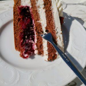 Stück Schwarzwälder Torte auf weissem Teller
