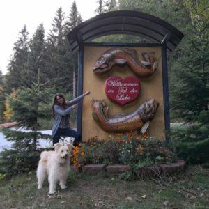 Viktor und Alex posierend am Eingang zur Tannenmühle