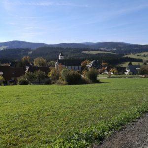 Blick von oben auf Breitnau mit Kirche