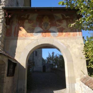Tor zur Kyburg mit Wappen und Wappentieren auf rotem Hintergrund