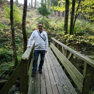 Mario stehend auf Brücke im Wald