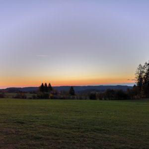 Blau-oranger Himmel am Morgen