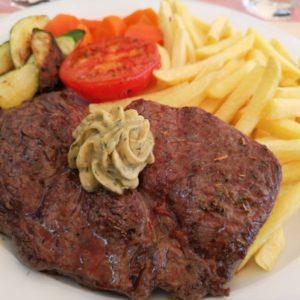 Rib-Eye-Steak mit Pommes und Gemüse