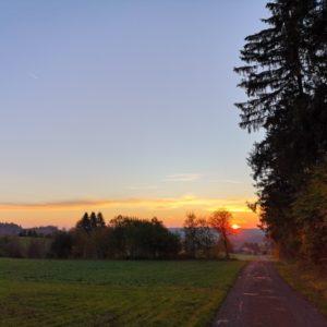 Sonnenaufgang mit orangem Himmel