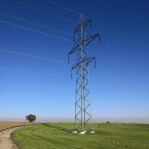 Strommast unterwegs mit strahlend blauem Himmel